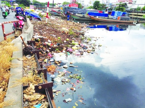 Khó chống ngập triệt để khi dân vẫn  xả rác bừa bãi