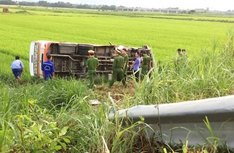Xe buýt lộn nhào xuống ruộng, 4 hành khách thương vong
