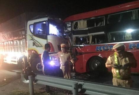 Tài xế xe khách chạy ẩu đâm đầu xe tải, 13 người thương vong