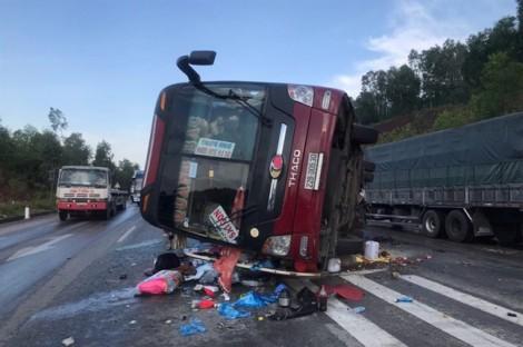 Xe khách lật nghiêng trên quốc lộ, 6 người nhập viện cấp cứu