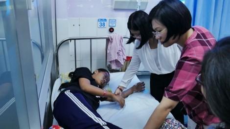 Thăm các gia đình có con bị điện giật ở Dự án Vành Đai 2