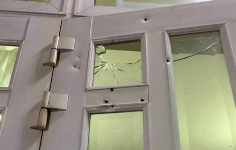 Giữa khuya, giang hồ chĩa súng vào nhà dân, bắn vỡ cửa