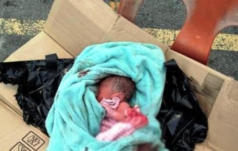 Người mẹ bỏ con mới sinh trong thùng carton cùng 'tâm thư' rồi đi biệt