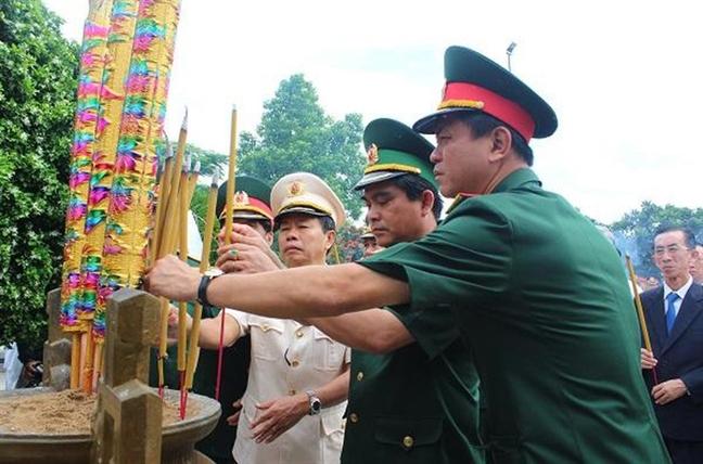 Lanh dao Dang, Nha nuoc va TP. Ho Chi Minh dang huong tuong niem cac anh hung liet si