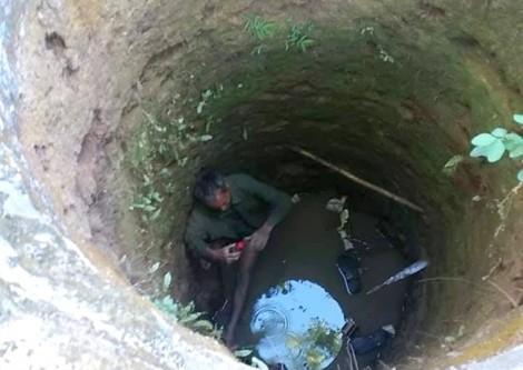 Rơi xuống giếng hoang, cụ ông may mắn thoát chết nhờ... vớ được cành cây