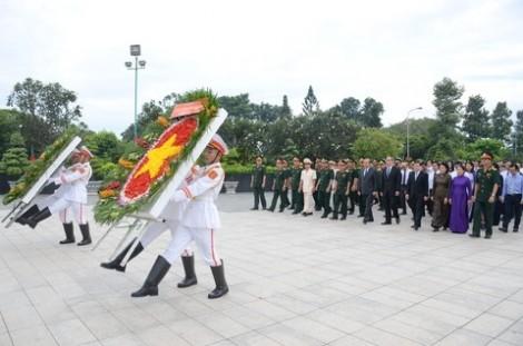 Lãnh đạo Đảng, Nhà nước và TP. Hồ Chí Minh dâng hương tưởng niệm các anh hùng liệt sĩ