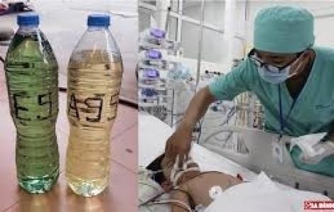 Bé trai 3 tuổi tím tái toàn thân vì tưởng chai xăng là nước ngọt
