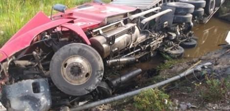 Xe container lật nhào xuống ruộng, tài xế may mắn thoát chết