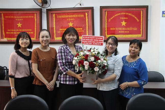 Hoi LHPN TP tham, chuc mung Ban Tuyen giao Thanh uy