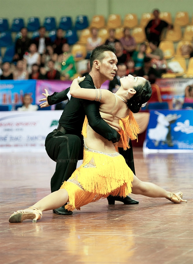 Tap the thao co tinh khieu dam bi phat: Dance sport se giai tan?