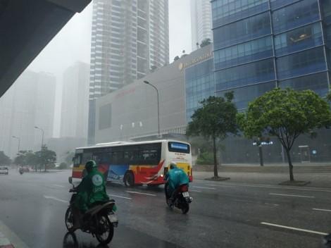 Nhiều tuyến phố Hà Nội thành 'sông' do ảnh hưởng hoàn lưu bão số 3
