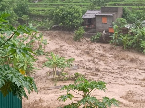 Bản vùng cao tan hoang sau lũ quét, 13 người mất tích