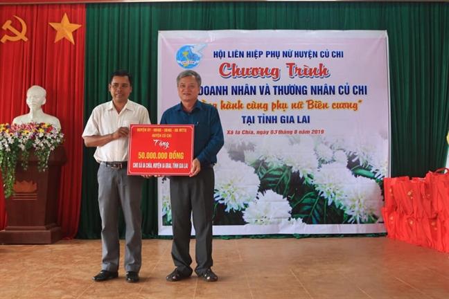 Tang qua va 20 cap de giong cho phu nu dan toc vung bien