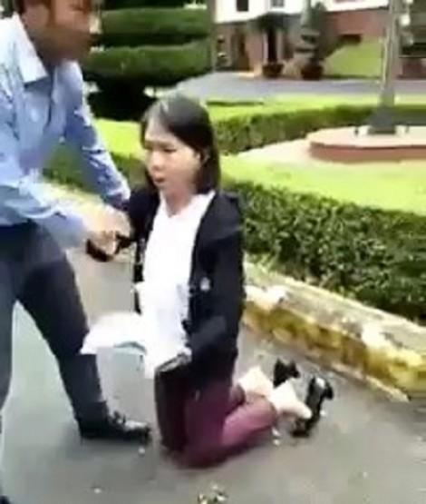 Cô giáo tiểu học quỳ trước sân UBND tỉnh đưa đơn khiếu nại