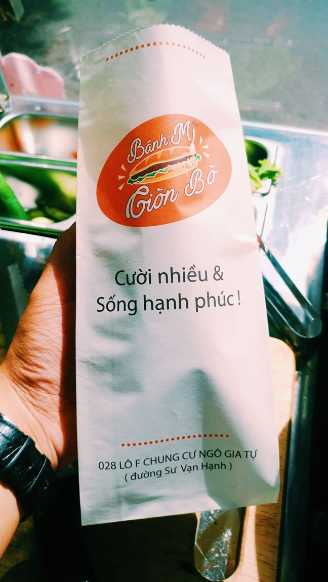 Ki la quan banh mi gion bo muon khach 'cuoi nhieu, song hanh phuc'