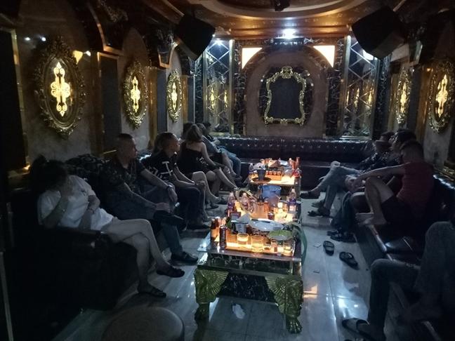 Hang chuc dan choi nghi 'phe' ma tuy ben trong nha hang o Sai Gon