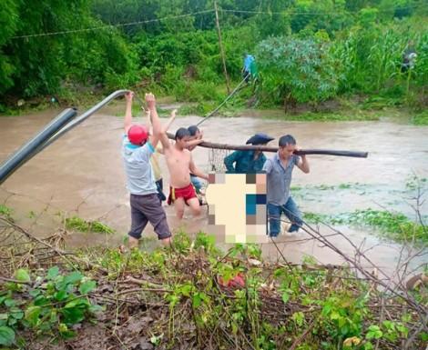 Đi dọc bờ suối lúc trời mưa to, người đàn ông bị nước cuốn chết