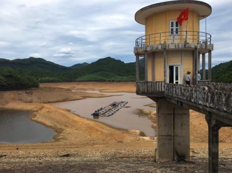 Nắng nóng dai dẳng khiến sông hồ trơ đáy, dân Trị Thiên chỉ còn biết cầu mưa