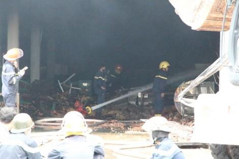 Nhà xưởng đổ sập sau vụ cháy dữ dội trong Khu công nghiệp Sóng Thần 3