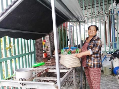 Nhờ mua bán gà, cô Sáu xây nhà và nuôi con vào đại học