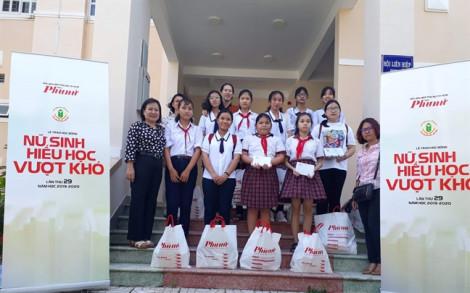 31 suất học bổng đã đến với các em nữ sinh huyện Cần Giờ, Củ Chi