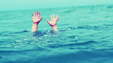 2 bé trai tử vong vì trượt chân té mương nước