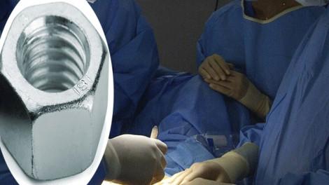 Bác sĩ phải dùng máy cắt kim loại để giải cứu 'cậu nhỏ' lọt vào bu lông
