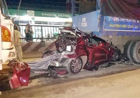 4 người cùng nhà khóc thét cầu cứu trong ô tô biến dạng kẹt giữa 2 xe tải