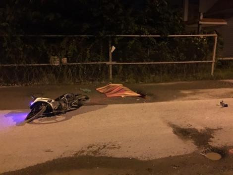 Người đàn ông ngã chết trên đường dày đặc ổ gà ven Sài Gòn