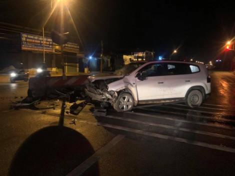 2 người nước ngoài ngồi gục trong xe 7 chỗ sau tai nạn ở Bình Dương