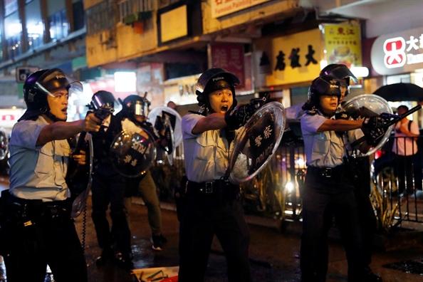 Dung do nguoi bieu tinh, canh sat Hong Kong phai ban chi thien va su dung phao nuoc