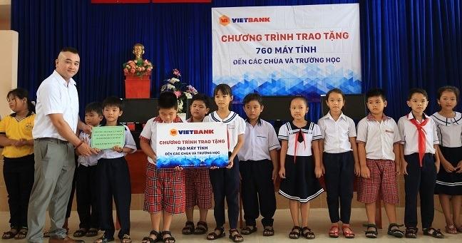 Vietbank tang 760 may tinh cho cac chua va truong hoc