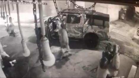 Clip: Tài xế ô tô dùng dao tấn công tài xế xe máy sau va quẹt