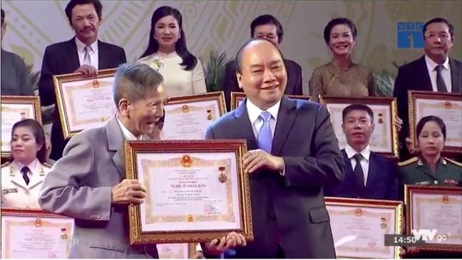 Nghe si Minh Vuong, Thanh Tuan... duoc co vu nong nhiet khi nhan danh hieu NSND