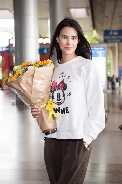 Gu thời trang đầy mê hoặc của Hoa hậu Quốc tế 2018 vừa đến Việt Nam