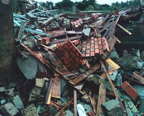 Bão chưa vào, hàng chục căn nhà đã bị sập và tốc mái