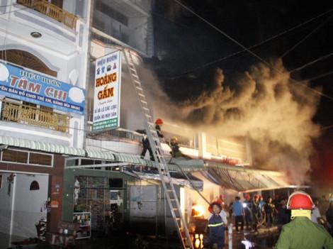 Cháy chợ lớn nhất thành phố Cà Mau, 5 người bị thương