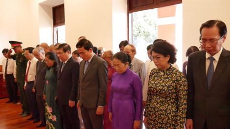 Đoàn lãnh đạo TP.HCM dâng hương, dâng hoa tưởng nhớ Chủ tịch Hồ Chí Minh và Chủ tịch Tôn Đức Thắng.