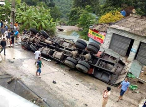 Xe tải lật ngửa ở 'dốc tử thần', 2 cha con thương vong