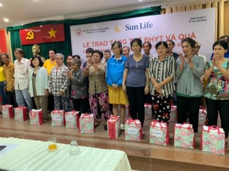 Sun Life trao tặng thẻ bảo hiểm y tế và quà tặng cho các hộ gia đình tại quận 4