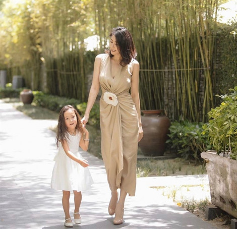 Sao đẹp tuần này: Hoa hậu Hà Kiều Anh trẻ trung dạo phố cùng con gái