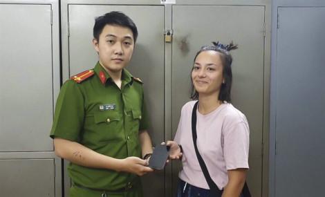 Bắt giữ thanh niên cướp điện thoại du khách người Pháp ở ngay trung tâm Sài Gòn