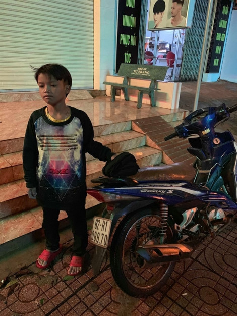 Bé trai 13 tuổi bị lạc khi chạy xe máy đi chơi hơn 200km