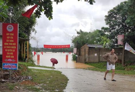 Hà Tĩnh mưa trắng trời, nhiều xã bị lũ chia cắt, 26.000 học sinh phải ở nhà