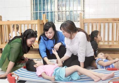 Bộ trưởng Bộ Y tế thăm trẻ mồ côi, khuyết tật tại Bình Dương