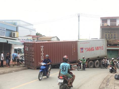Sập giá đỡ, thùng container nặng hàng chục tấn rơi giữa ngã ba