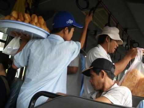 Xe buýt tiếp tay bán hàng kém chất lượng