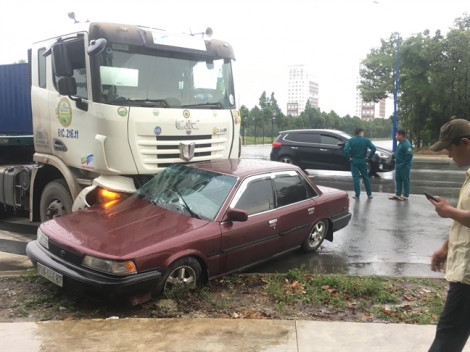 Ô tô 4 chỗ bị xe đầu kéo tông giữa ngã tư, tài xế trọng thương