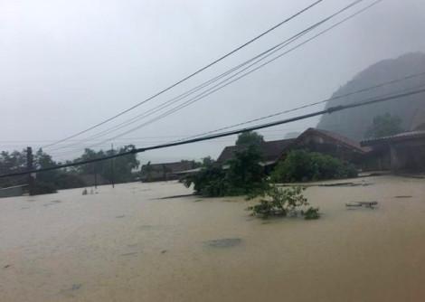 Hàng trăm căn nhà ở rốn lũ Quảng Bình ngập tới mái
