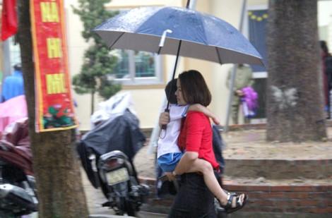 Phụ huynh mặc 2 lớp áo mưa, cõng con dự lễ khai giảng
